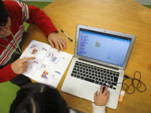 リタリコワンダーで初めてのプログラミングを体験する子ども