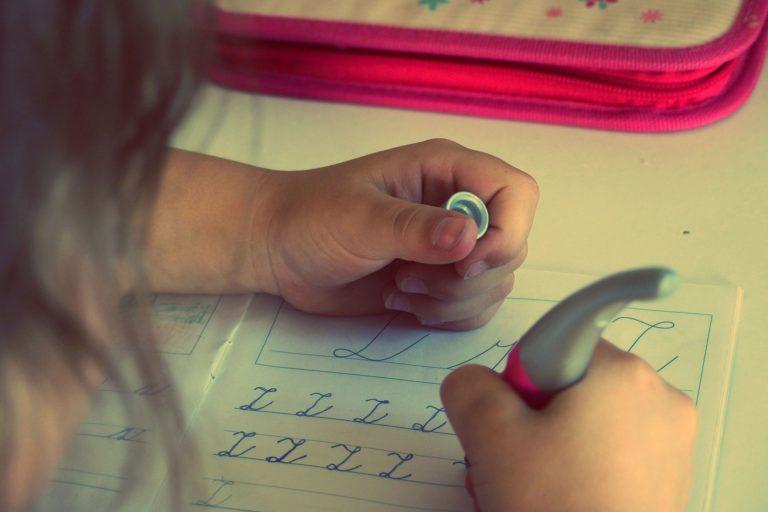 英語をひとりで練習する子ども